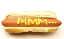 Hot-dog long de pied avec MMM? écrit dans la moutarde. Image libre de droits