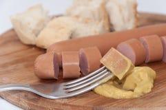 Hot dog z musztardą na rozwidleniu zdjęcie royalty free