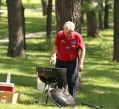 Hot dogs de barbecues d'homme au rassemblement de thé Image libre de droits