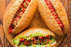 Hot-dogs de différentes saveurs sur une planche à découper image libre de droits