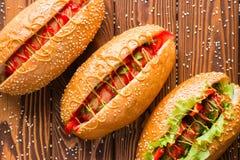 Hot-dogs de différentes saveurs sur une planche à découper photographie stock