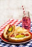 Hot-dogs de style de Chicago avec le soda photo stock