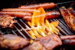 Hot-dogs et nervures sur un gril Photos libres de droits