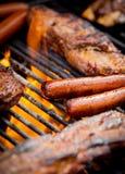 Hot-dogs et nervures sur un gril Photographie stock libre de droits