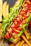 Hot-dogs faits maison aux oignons, à la cerise et aux conserves au vinaigre photographie stock