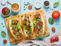 Hot dogs faits maison avec des saucisses de poulet, légume Image libre de droits