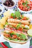 Hot-dogs frais avec des puces de tortilla images stock