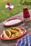 Hot dogs grillés à un BBQ patriotique de vacances Photo libre de droits