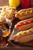 Hot-dogs grillés avec le ketchup et les pommes frites de moutarde Photo libre de droits