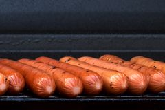 Hot dogs sur le gril Photos stock