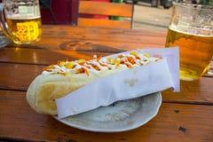 Hot-dogs sur une table Photos stock