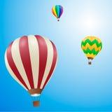 Hot luftar ballonger i skyen Arkivbilder