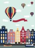 Hot luftar ballonger som flyger över townen. Royaltyfri Foto