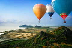 Hot luftar ballonger som upp till svävar skyen Royaltyfri Foto