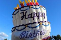 Hot luftar lycklig födelsedag för ballongordstäv Arkivfoton