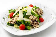 Hot meat salad with sesame seeds, cherry tomatoes and arugula Royalty Free Stock Photos