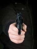 Hot på pistolhotet Arkivfoto
