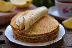 Hot pancakes, fragrant tea and apples Royalty Free Stock Photography