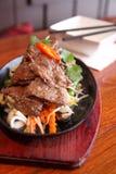 Thailändskt nötkött som sizzling på hoat, pläterar fotografering för bildbyråer