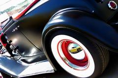 Hot rod noir avec la réflexion de la voiture images libres de droits