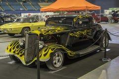 Hot rod noir avec les flammes jaunes Photo libre de droits