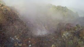 Hot Springs, éclaboussement de l'eau bouillante et des vapeurs entourées par des fumerolles banque de vidéos