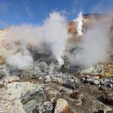 Hot Springs, fumarolas no campo térmico no vulcão ativo da cratera Imagem de Stock