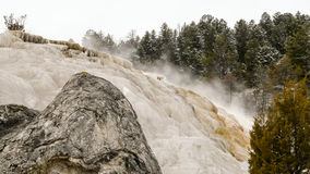 Hot Springs vattenfall i den Yellowstone nationalparken Arkivfoton