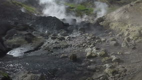 Hot Springs volcanique : gaz, vapeur et courant débordant avec de l'eau thermique banque de vidéos