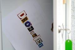 Hota bokstaven i stolpeasken arkivfoton
