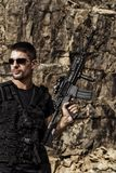 Hota mannen med en maskingevär Royaltyfria Bilder