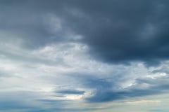 Hota tungt molnbjörnregn fotografering för bildbyråer