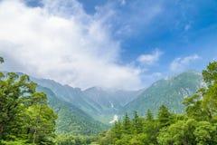 Hotaka Berg und Azusa River in Kamikochi, Nagano Stockbild