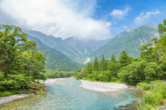 Hotaka Berg und Azusa River in Kamikochi, Nagano, Japan Stockfotografie