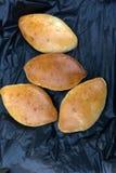 Hotcakes är den hemlagade nya ägg, lökar och servetten på en trätabell arkivfoton