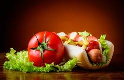 Hotdog e vegetais Imagens de Stock