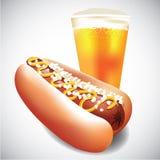 Hotdog en kop van bier Royalty-vrije Stock Fotografie