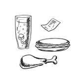 Hotdog, kippenbeen, sodaglas en rekening Stock Foto's