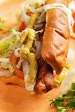 Hotdog med closeupen för isberggrönsallat Arkivfoton