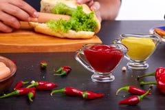 Hotdog med korven och den nya tomaten Gatamat Fotografering för Bildbyråer