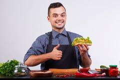Hotdog med korven och den nya tomaten Gatamat Royaltyfri Bild