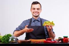 Hotdog med korven och den nya tomaten Gatamat Arkivfoto