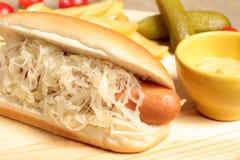 Hotdog med sauerkrauten Arkivfoton