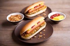 Hotdog met augurk en uien stock foto's