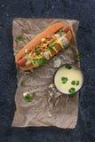 Hotdog met kaassaus en mosterd Stock Foto's