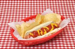 Hotdog met Ketchup en Mosterd in Mand Stock Afbeeldingen