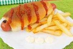 Hotdog mit Fischrogen und Soßen Stockfoto