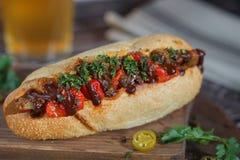 Hotdog mit Käse und Bier Stockbild