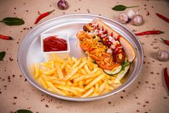 Hotdog und gebratene Kartoffel Lizenzfreie Stockfotos