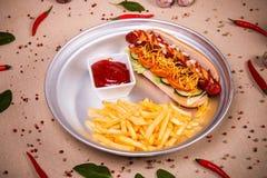 Hotdog und gebratene Kartoffel Lizenzfreie Stockbilder
